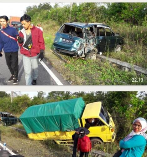 Kecelakaan kembali terjadi sore hari ini 14 Mei 2019, diruas jalan Tanjungpandan Beltim, mobil kijang sedang parkir akibat pecah ban diseruduk mobil truk dari belakang (satu arah).