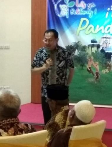 Wakil Bupati Belitung Isyak Meirobie, menjelaskan program keminangan Pemkab Belitung, didepan Tokoh Tokoh Belitung di Pandan House, Tanjungpandan Belitung. Senin (30/09/2019), malam. Foto:Ali Hasmara.
