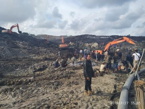 Proses evakuasi korban laka tambang di Desa Selinsing, Kecamatan Gantung, Kabupaten Belitung Timur (Beltim). Sabtu (27/7/19). Foto: Marsidi.