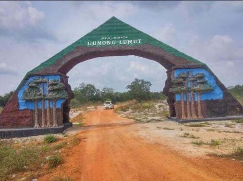 Gerbang menuju Wisata Geosite Gunung Lumut, Desa Limbungan, Kecamatan Gantung, Beltim. Selasa(22/10/2019). Foto:Suherman Fuad.