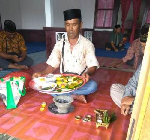Puluhan warga Desa Limbungan mengikuti acara ritual selamatan kampung yang dipimpin dukun kampung dan dukun angin.